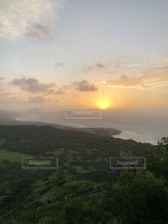 ダイヤモンドヘッド頂上からの朝日の写真・画像素材[1384812]