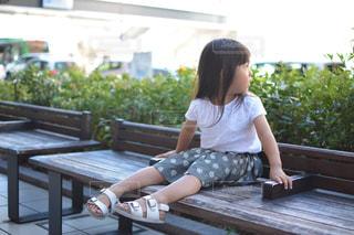 ベンチに座っている若い女の子の写真・画像素材[853016]