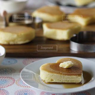 テーブルの上に食べ物のプレートの写真・画像素材[853214]