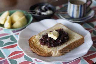 テーブルの上に食べ物のプレートの写真・画像素材[863827]