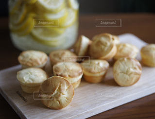 木製のテーブルの上に食べ物の写真・画像素材[914960]