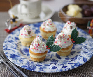 近くに皿の上のケーキのアップの写真・画像素材[914961]