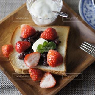 あんバター苺トーストの写真・画像素材[987930]