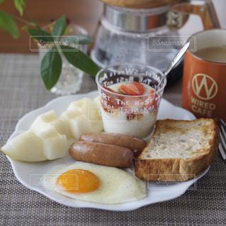 目玉焼きの朝食プレートの写真・画像素材[2115496]