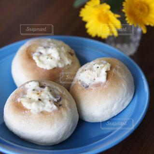 くるみとクリームチーズのパンの写真・画像素材[2144029]