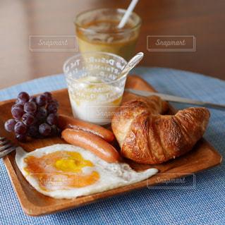 クロワッサンの朝食の写真・画像素材[2258884]