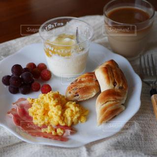 スクランブルエッグの朝食の写真・画像素材[2258885]
