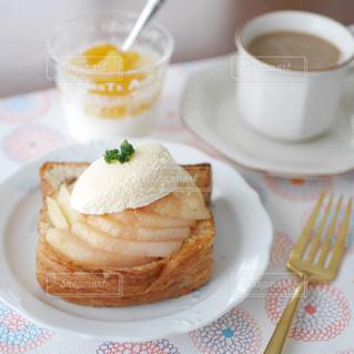桃トーストの朝食の写真・画像素材[2358733]