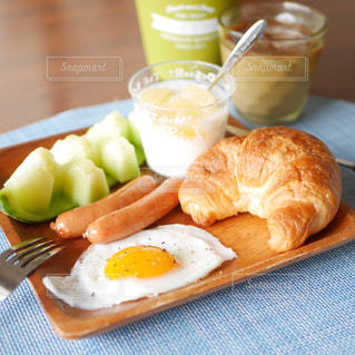 クロワッサンの朝食の写真・画像素材[2358737]
