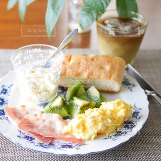 フォカッチャの朝食プレートの写真・画像素材[2445419]