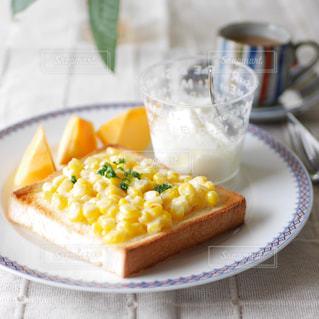 とうもろこしトーストの朝食の写真・画像素材[2502627]