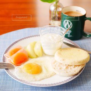 イングリッシュマフィンの朝食プレートの写真・画像素材[2711821]