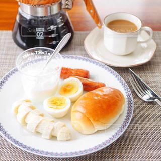 ロールパンの朝食プレートの写真・画像素材[2750620]