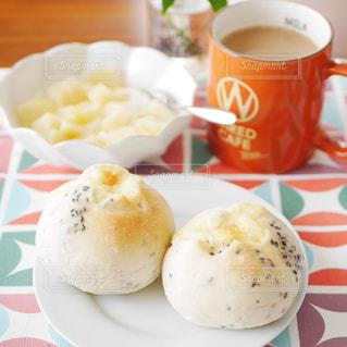 ごまチーズパンの朝食の写真・画像素材[2887075]