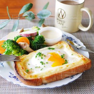 目玉焼きトーストと温野菜の朝食の写真・画像素材[2923262]