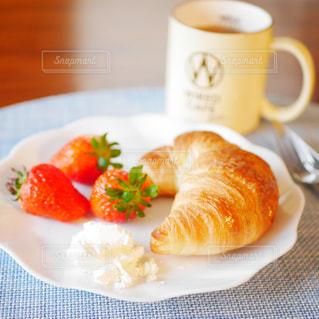 クロワッサンの朝食プレートの写真・画像素材[2967056]