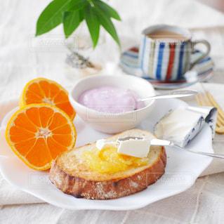 オレンジとクリームチーズの朝食プレートの写真・画像素材[2976354]