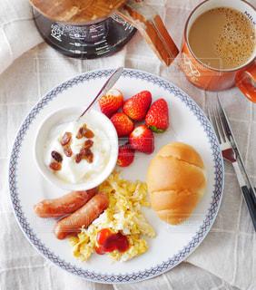 ウィンナーとスクランブルエッグの朝食プレートの写真・画像素材[3072129]