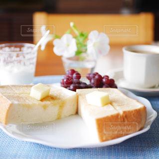 蜂蜜バターの厚切りトーストの写真・画像素材[3270586]