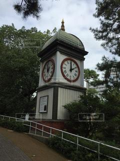 歩道の真ん中に時計塔の写真・画像素材[853505]