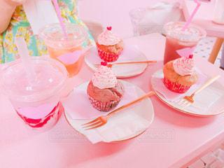 皿の上のケーキをテーブルに座っている人々 のグループ - No.853522