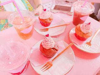 皿の上のケーキを持つテーブル - No.853523