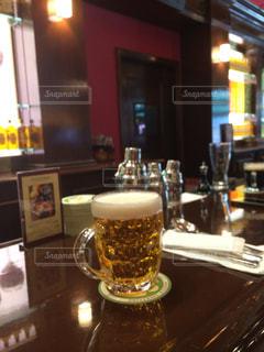 テーブルの上のビールのグラスの写真・画像素材[853668]