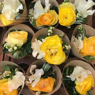 黄色のバラのミニブーケの写真・画像素材[965520]