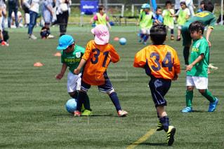 サッカーのゲームの少年グループの写真・画像素材[853787]