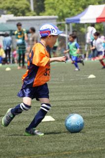サッカーのゲームの少年グループの写真・画像素材[853788]