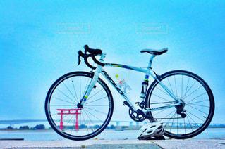 ロードバイクと鳥居の写真・画像素材[854098]