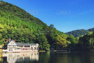 背景の山と水の体中の小型船の写真・画像素材[854254]