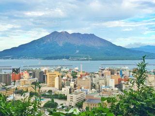 桜島 背景の山と都市のビューの写真・画像素材[884152]