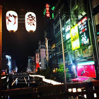 近くに夜の忙しい街のアップの写真・画像素材[935083]