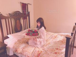 ベッドの上に座っている人の写真・画像素材[992279]