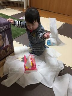 ティッシュをだして遊ぶ赤ちゃんのイタズラの写真・画像素材[868886]