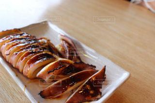 木製のテーブルの上に食べ物のプレート - No.855249