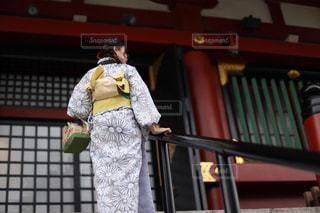階段を登る女性の写真・画像素材[1071734]