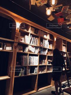 本を眺めるの写真・画像素材[1446146]