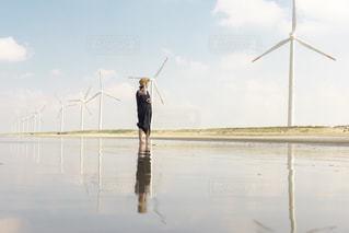 海辺に佇む女性の写真・画像素材[1506994]