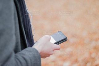携帯電話を持つ手の写真・画像素材[1603717]