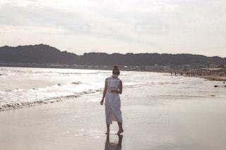 ビーチに立っている人の写真・画像素材[1627983]