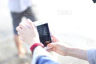 携帯電話を持つ手の写真・画像素材[1627984]