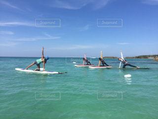 水のボートの人々 のグループの写真・画像素材[1042324]