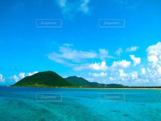背景の山と水の大きな体の写真・画像素材[856157]