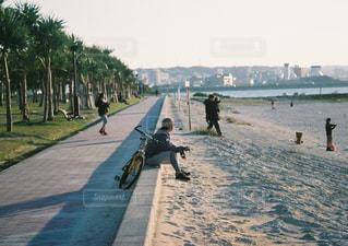 歩道をスケート ボードに乗って男の写真・画像素材[856159]