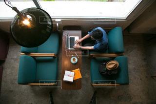ストーブの上に座っている人の写真・画像素材[856169]
