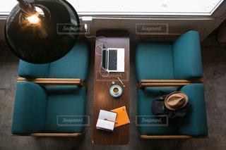 テーブル上のコンピューターのデスクの写真・画像素材[856170]