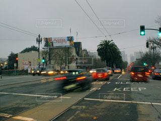 車の運転のトラフィックの光の横の道をの写真・画像素材[856197]