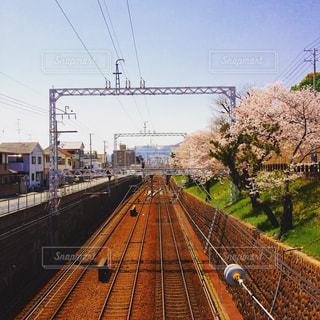 鋼のトラックに大きな長い列車の写真・画像素材[856224]